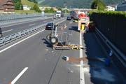 Der Signalanhänger erlitt Totalschaden. (Bild: PD/Kantonspolizei Nidwalden)