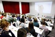 Vorlesung im Albert Köchlin Auditorium: Auch im Herbstsemester 2017 können Flüchtlinge an Lehrveranstaltungen teilnehmen, die für Hörerinnen und Hörer offen sind. (Bild: PD/ Universität Luzern)