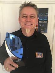 Der Präsident des Lucerne Blues Festivals, Martin Bründler, mit der Auszeichnung. (Bild: PD)