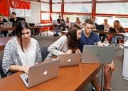 Die Klasse 4t der WMS löst eine Übung aus dem Englischunterricht am Laptop. Im Bild Jacqueline Braaten (links), Tanisha Giger und Tobias Planinz. (Bild Stefan Kaiser)