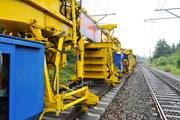 Mit 200 Tonnen so etwas wie eine fahrende Fabrik: Die Gleisbaukompostion der Firma Scheuchzer. (Bild: PD/Oliver Beretta)