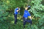 Polizisten suchen am Tatort nach Spuren. (Bild: Luzener Polizei)