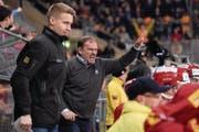 Langnau-Coach Heinz Ehlers (Mitte) führt sein Team gestenreich an den Playoff-Strich.Bild: Sandro Stutz/Freshfocus (Langnau, 18. Oktober 2016)