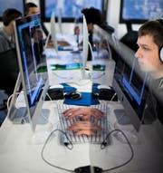 Gymnasiasten sollen nicht nur über Textverarbeitungsprogramme Bescheid wissen, sondern ein Grundverständnis über Informatik haben. (Bild: AFP/Martin Bureau)