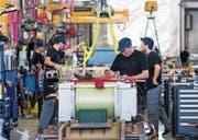 Arbeiter im Werk von ABB Sécheron auf der Produktionslinie für Transformatoren. (Bild: Salvatore Di Nolfi/Keystone (Satigny, 20. Februar 2015))