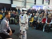 An der Messe «Zukunft Alter» hören Besucher einen Vortrag über Roboter an. (Bild: PD)