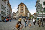 Velofahrer und Fussgänger auf dem viel frequentierten Philipp-Anton-von-Segesser-Platz (hinten das «Krienbrüggli»). (Bild Pius Amrein)