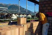Ein Arbeiter am Mauern auf einer Baustelle in Sarnen. Bild Corinne Glanzmann/Neue OZ