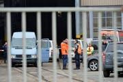 Polizeikräfte sind mit einem Grossaufgebot vor Ort. (Bild: Keystone)