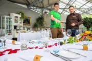 Inhaber Lukas Heini (links) und Eventmanager Martin Krasniqi organisieren eine Feier in der Gärtnerei Heini.