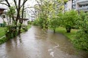 In Stansstad steigen die Wassermassen des Dorfbachs. (Bild: Keystone/ Urs Flueeler)