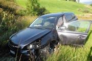 Das Auto wurde über die Böschung katapultiert. (Bild: Kapo Schwyz)