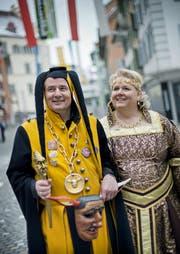 Roland Rüegg (48) ist Heinivater der Surseer Zunft Heini von Uri. Hier ist er mit seiner Frau Barbara im Städtli Sursee unterwegs. (Bild: Pius Amrein / Neue LZ)
