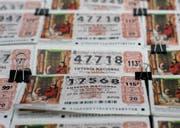 Lottonummern an einem Verkaufsstand in Madrid. (Bild: Bernat Armangue / EPA)