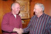 Sennenpräsident Erwin Betschart (links) gratuliert Josef Bürgler zur Wahl. (Bild Guido Bürgler/Neue SZ)