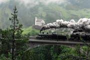Zwei historische Dampflokomotiven, im Hintergrund die Kirche Wassen. (Symbolbild Sven Aregger/Neue UZ)