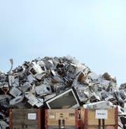 Immer mehr Haushaltsgeräte landen auf dem Müll, weil ihre Lebensdauer zu kurz ist. (Bild: Keystone/Peter Klaunzer)