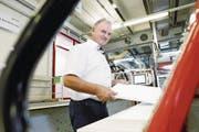 Ueli Jost, Inhaber der Veriset Küchen AG in der Fabrikation in Root. (Bild: Werner Schelbert (11. Juli 2017))