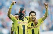 Aubameyang zelebriert sein Tor mit Maske und Teamkollege Shinji Kagawa. (Bild: Friedemann Vogel/EPA (Gelsenkirchen, 1. April 2017))