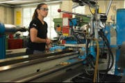 Eine Polymechanikerin bei der Arbeit. (Bild: PD/Dätyler AG)