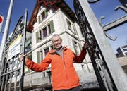 Stiftungsratspräsident Beat Dittli führte gestern durch die frisch renovierte Villa Staub an der Chamerstrasse. (Bild: Stefan Kaiser)