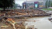 Überschwemmungen wie 2005, hier im Bild der Emmer Seetalplatz, sollen mit dem Hochwasserschutzprojekt des Kantons künftig verhindert werden. (Archivbild Neue LZ)