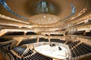 Der Konzertsaal der neuen Elbphilharmonie in Hamburg hat terrassenförmig aufsteigende Ränge und eine Bühne in der Mitte. Bild: Keystone (3. November 2016)