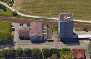 Die Liegenschaft Chamerstrasse 115 liegt neben dem «Rialto»-Hochhaus. (Bild: Screenshot Google Maps)
