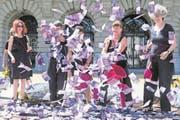 Die Rentenreform hatte zu viel Gegenwind – Frauen des Komitees gegen die Altersvorsorge 2020 werfen Flugblätter vor dem Bundeshaus in die Luft. (Bild: Thomas Delley/Keystone (Bern, 14. Juni 2017))