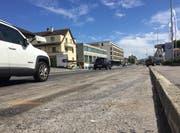 Hier auf der Luzernerstrasse in Ebikon ereignete sich der tödliche Selbstunfall. Die Baumaschinen, die nach dem Unfall weggebracht wurden, waren auf der rechten Seite abgestellt. (Bild: René Meier (Ebikon, 29. Juli 2017))