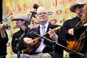 Warren Buffett hat viele Gesichter. Eines davon zeigt er beim Ukulelespielen. (Bild: Getty)