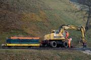 Der Baukran wurde am Dienstagmorgen wieder auf die Schienen gestellt. (Bild: Nadia Schärli (Menznau, 14. November.2017))