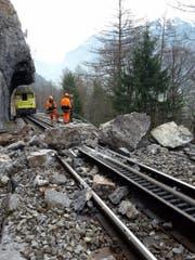 Zwischen Meiringen und dem Brünig sind rund 6 Kubikmeter Fels auf das Trassee der Zentralbahn gestürzt. (Bild: Zentralbahn (Meiringen, 24. März 2017))