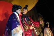 Szene aus dem Japanesenspiel 2007: Heonusode Urs Kündig und seine Kaiserin Stefanie Kober. (Bild: Erhard Gick/Neue SZ)