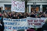 Schüler und Lehrer demonstrieren in Luzern gegen die Sparmassnahmen. (Bild: Pius Amrein (Luzern, 9. Dezember 2013))