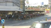 Fanmarsch der Anhänger des NK Osijek vom Bahnhof Richtung Swissporarena. (Bild: Damian Betschart)