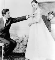 Hubert de Givenchy und Audrey Hepburn bei einer Anprobe in den 1950er-Jahren. (Bild: Keystone)