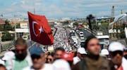 Anhänger der Oppositionspartei CHP auf ihrem «Gerechtigkeitsmarsch» nach Istanbul. (Bild: Sedat Suna/EPA (Kocaeli, 6. Juli 2017))