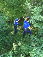 Polizisten suchen am Tatort nach Spuren vom Täter. (Bild Luzerner Polizei)