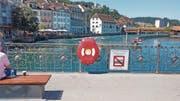 Das Aussehen der neuen roten Rettungsboxen – hier auf der Reussbrücke – sorgt für Diskussionen. (Bild: Stefan Dähler (Luzern, 7. August 2017))