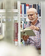 Ein Student im Pensionsalter in der Bibliothek der Universität Luzern. (Bild: Christof Schuerpf/Keystone)