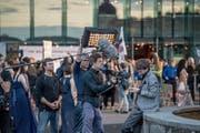 Vor dem KKL wird eine Szene zum Luzerner Tatort gedreht. (Bild: Pius Amrein (Luzern, 11. Juli 2017))