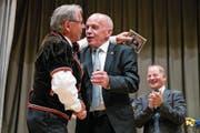 Jubilar Franz Stadelmann überreicht Taufpate und Bundesrat Ueli Maurer eine CD. (Bild: Philipp Schmidli (Marbach, 12. August 2017))