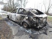 In diesem Auto ist eine verkohlte Leiche in Brittnau AG aufgefunden worden. (Bild: Handout Aargauer Kantonspolizei)