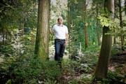 Marcel Stirnimann im Riedholz in Ebikon. Er stellt sein Waldstück für einen Waldfriedhof zur Verfügung. (Bild Corinne Glanzmann)
