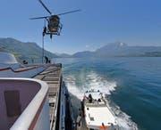 Einsatzkräfte der Sondereinheit Luchs seilen sich aus dem Helikopter ab. (Bild: Luzerner Polizei (Vierwaldstättersee, 17. Mai 2017))