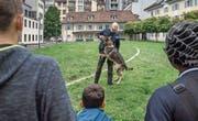 Bei der Luzerner Polizei beobachten Kinder den Hundeführer Wenzel Britschgi mit seinem Hund Mitch. (Bild: Pius Amrein (Luzern, 24. Juli 2017))