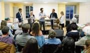Gian Brun (links), Karen Umbach, Andreas Lustenberger (Zweiter von rechts) und Nicole Schmid standen im Siehbachsaal auf dem Podium. In der Mitte Podiumsleiter Falco Meyer. (Bild: Stefan Kaiser (Zug, 5. April 2017))