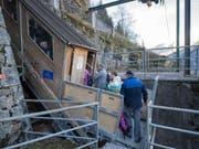 Die knapp 100 Jahre alte Standseilbahn ist seit dem frühen Mittwochmorgen als Notverbindung zwischen Amsteg und Bristen in Betrieb. (Bild: KEYSTONE/URS FLUEELER)