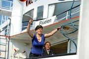 Reporterin Beatrice Vogel übt unter der Aufsicht von Matrosin Lalline da Silva (im Hintergrund), das Seil über den Masten zu werfen. (Bild: Nadia Schärli / Neue LZ)